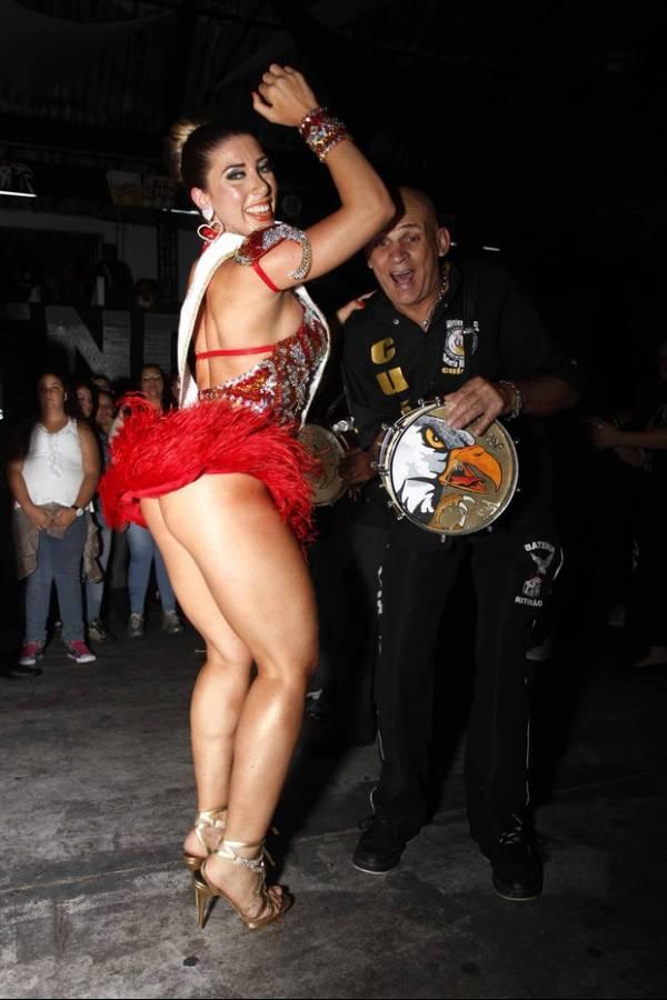 Tati Minerato recebe faixa de rainha e deixa no ar: com ou sem calcinha?