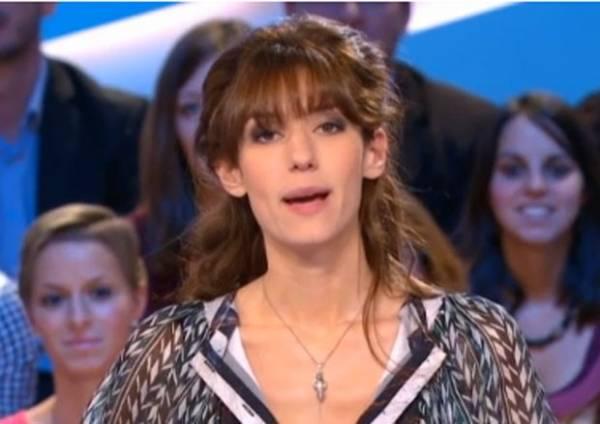 Atriz usa pingente em formato de pênis em programa na França