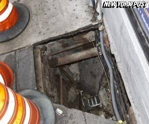 Em NY, asfalto cede em ponto de ônibus e mulher de 131kg cai em buraco