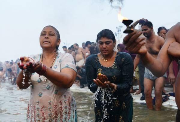 Milhares de hindus se reúnem para o maior festival religioso do mundo