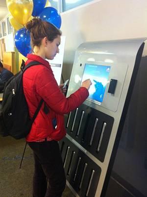 Universidade nos EUA lança máquina de aluguel de notebooks para alunos