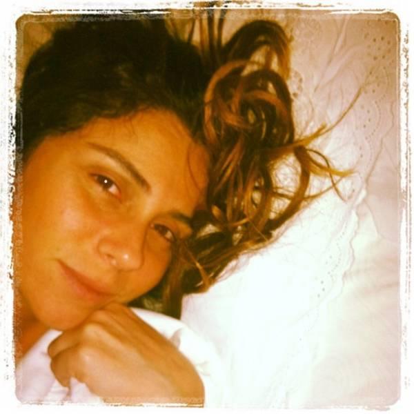 Cara de sono! Giovanna Antonelli posta foto sem make, logo que acorda