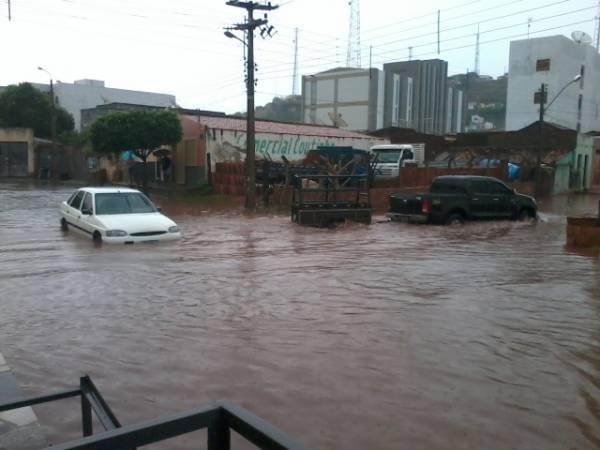 Chuva traz alegria a agricultores, mas alaga centro de Picos