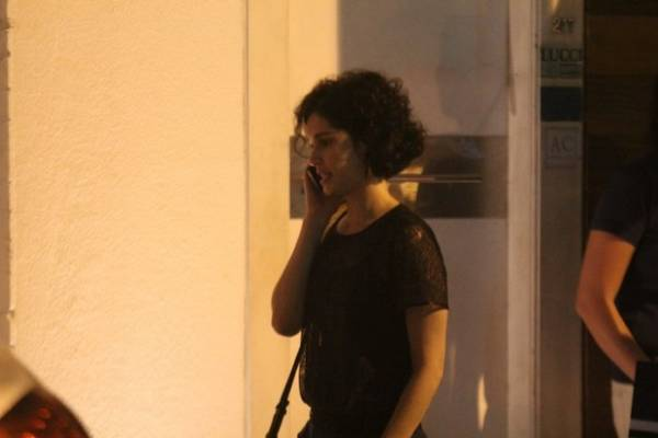 Com look descontraído, Alinne Moraes  janta com Mariana Ximenes no Rio