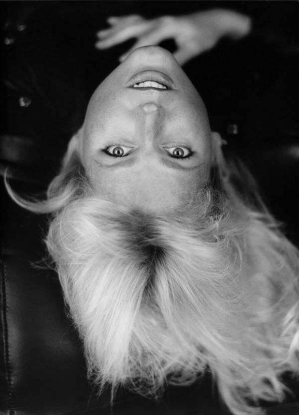 Xuxa aparece fazendo caras e bocas em ensaio produzido nos anos 90