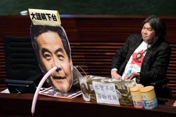 Alvo de críticas, político de Hong Kong ganha de presente nariz de Pinóquio