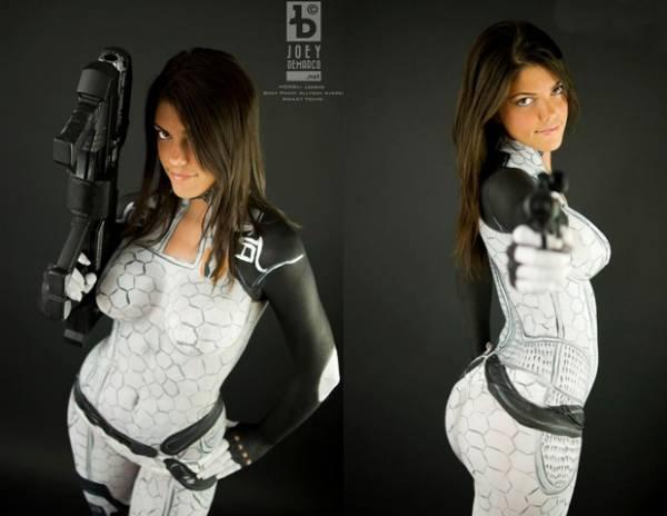 Fã faz cosplay sensual de Mass Effect 2 somente com bodypaint