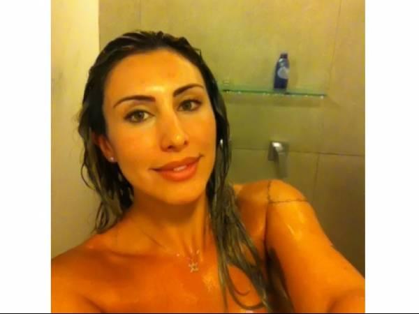 Jaque Khury divulga na web foto nua e debaixo do chuveiro