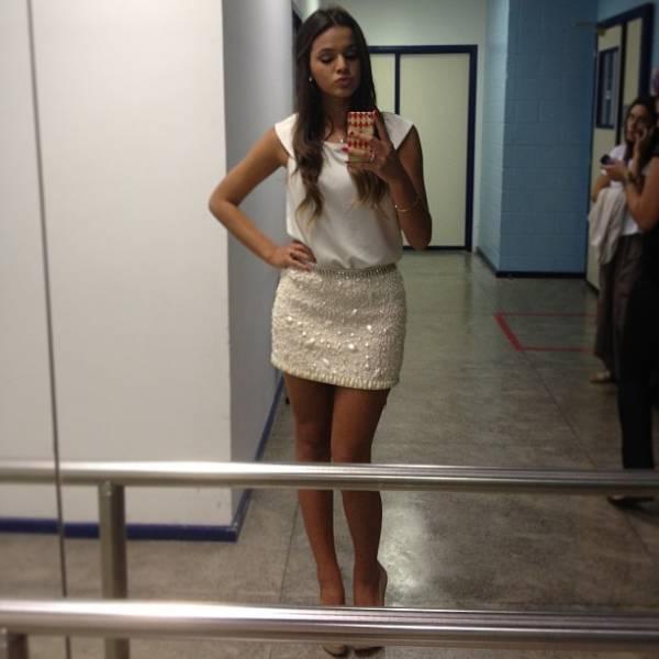 Saia curta, salto alto e biquinho: Bruna Marquezine esbanja charme em post