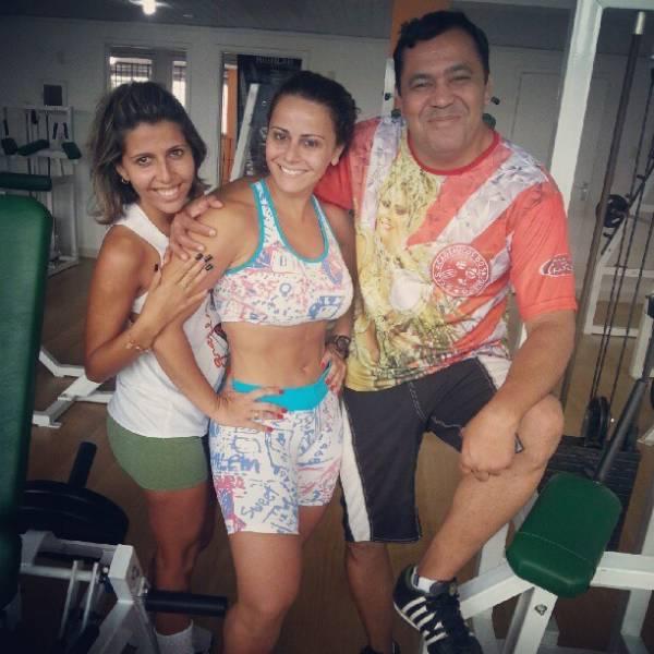 Viviane Araújo posa sem maquiagem e de barriga de fora: