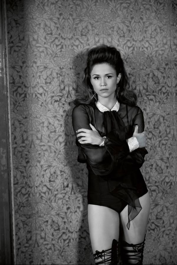 Nanda Costa posa sensual para capa de revista