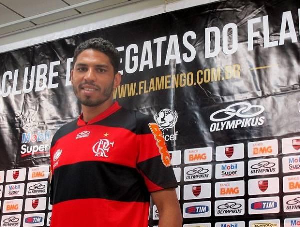 Zagueiro ex-Corinthians chega ao Fla celebrando  clube