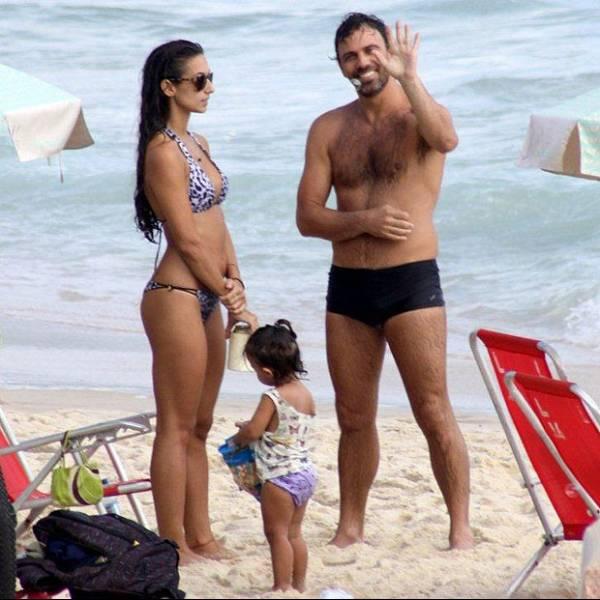 Após boato de separação, Marcelo Faria vai com família à Lagoa e praia