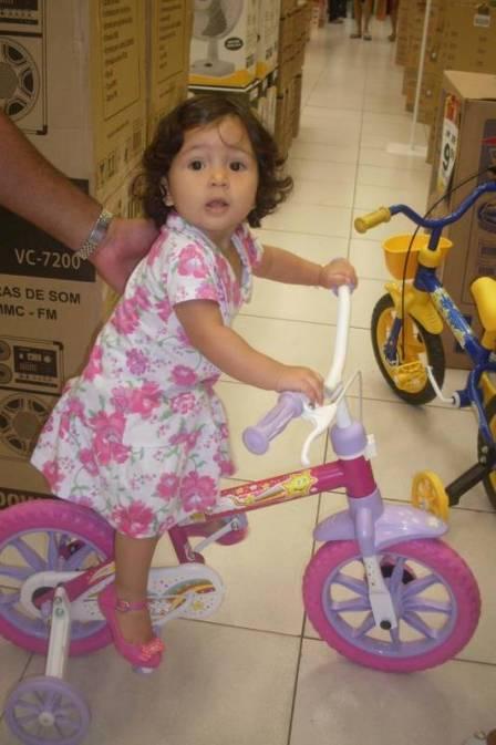 Em estado de choque, mãe amamenta foto de bebê morta em tentativa de assalto