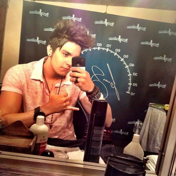 Luan Santana faz charme em frente ao espelho