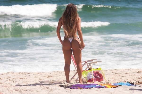 Lucilene Caetano pega sol e aproveita para exibir corpo em praia do Rio
