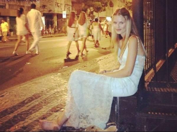 Após festa, Yasmin Brunet tira o sapato e mostra pé sujo