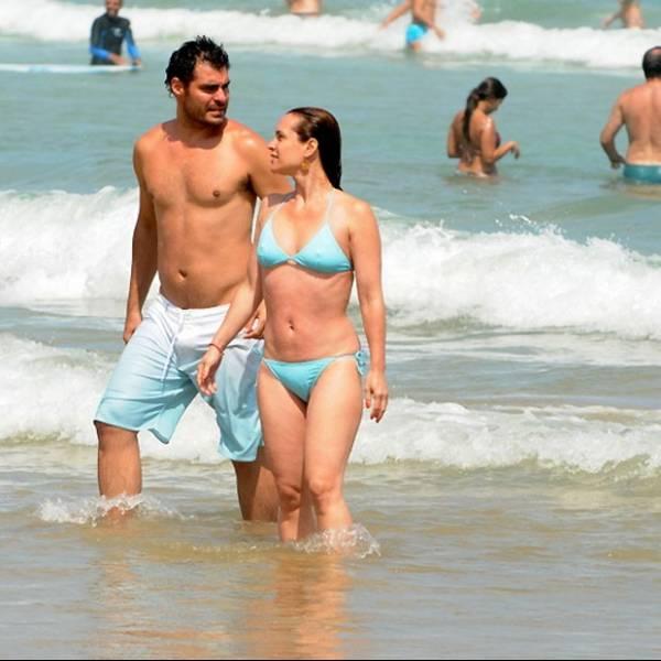 Thiago Lacerda dá apalpada indiscreta na mulher em praia de Búzios