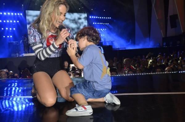 Claudia Leitte canta com o filho Davi no Festival de Verão de Salvador