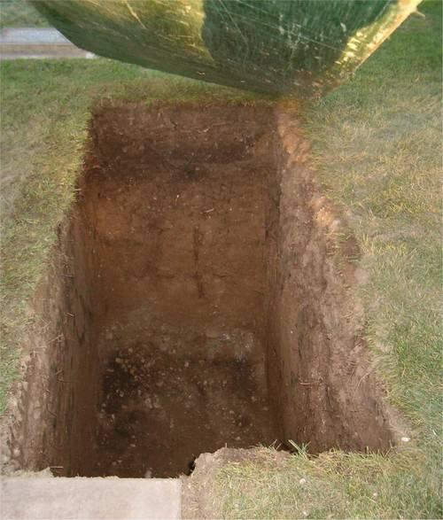 Família realiza enterro sem corpo após atraso de funerária na França