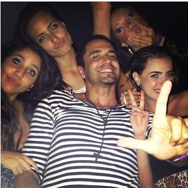 Latino curte noitada ao lado das filhas e da namorada, Rayanne Morais