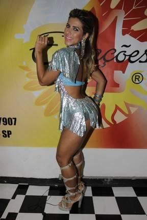 Sem sutiã, Graciella Carvalho mostra demais em ensaio de carnaval