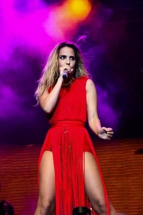 Wanessa Camargo usa roupa ousada em show da nova turnê