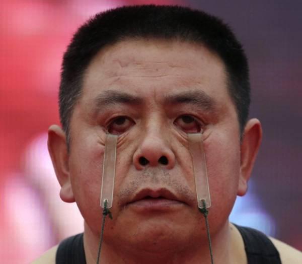 Chinês ergue 5 kg usando apenas as pálpebras