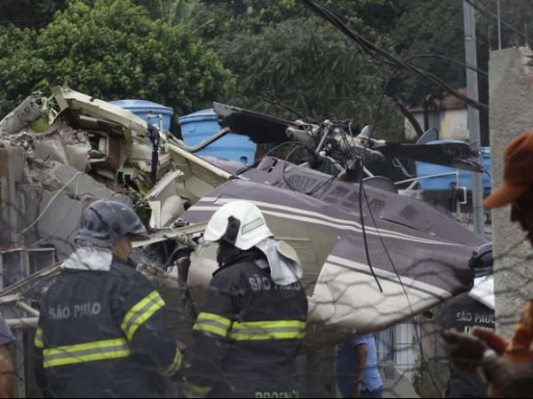 Helicóptero  com funcionários de prefeitura cai sobre casas
