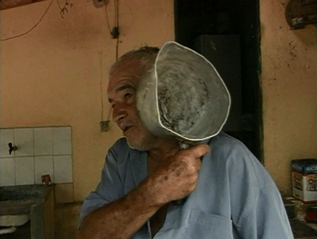 Idoso dá paneladas em bandido após acusado invadir local pela 3° vez