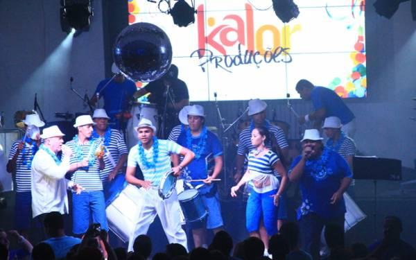 Irreverência e alegria deram o tom do Baile Azul e Branco no Iate Clube