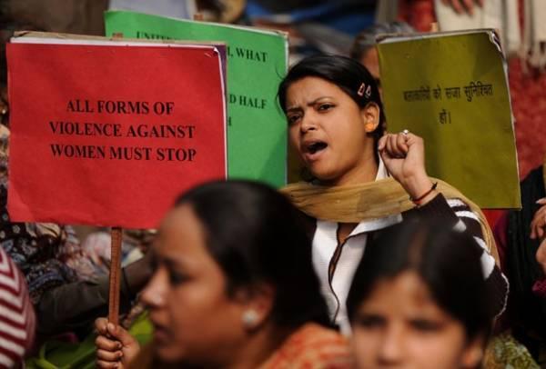 Pai de indiana morta após estupro pede forca para acusados