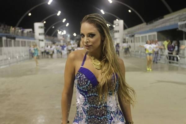 Peladona de Congonhas deixa calcinha escapar em noite de samba