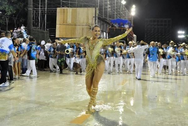 Sabrina Sato usa look decotado em ensaio técnico da Vila Isabel