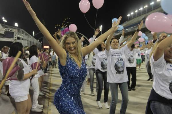 Cadê o corpão? Ellen Rocche frustra os fãs com vestidão comportado