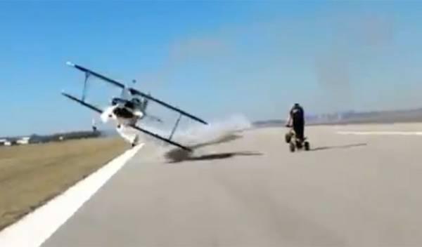 Cinegrafista é quase atingida por avião durante gravação em pista