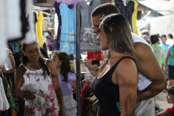 Com vestido justíssimo, Nicole Bahls faz sucesso com fãs cearenses