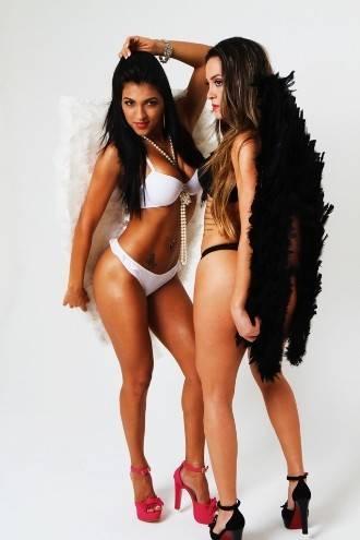 Gaby Fontenelle, a Esposa de Aluguel, posa de lingerie ao lado de assistente de palco