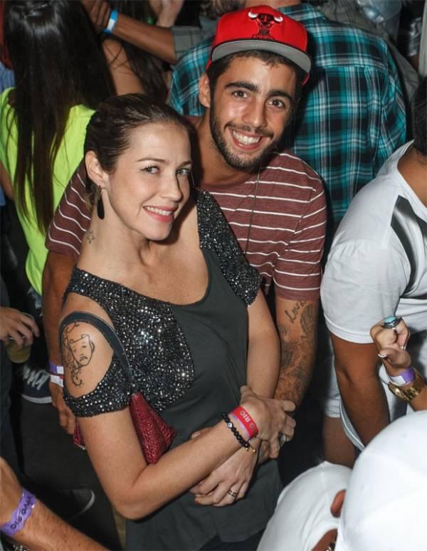 Luana Piovani e Pedro Scooby namoram muito durante show no Rio