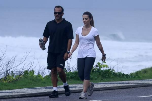 Magrinha, Cleo Pires pratica corrida com personal trainer na orla do Rio