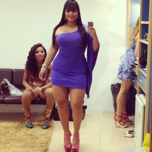 Mulher Melancia mostra suas curvas em vestido justinho
