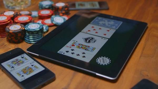 Aplicativo transforma iPhone em baralho virtual para jogo de pôquer