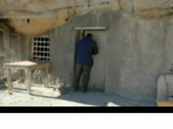 Família vive em caverna na fronteira do México com os EUA