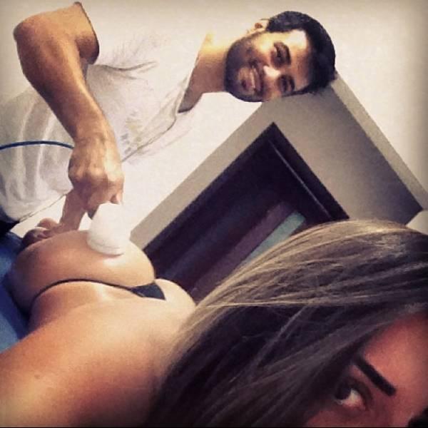 Graciella Carvalho posa fazendo tratamento estético no bumbum