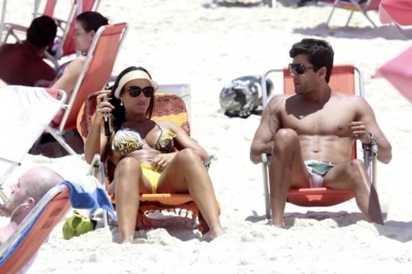 Nicole Bahls exibe corpão em dia de praia com Diego Pombo e ri de boatos; confira fotos!