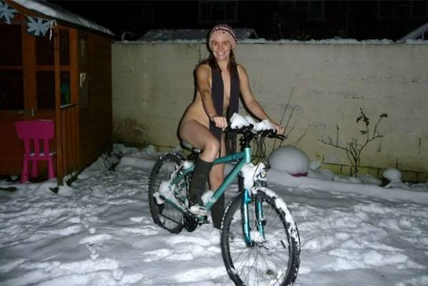 Tirar fotos pelado na neve se torna a nova mania na internet