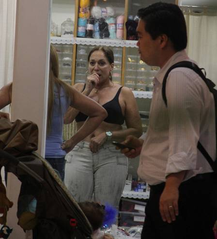 Atriz Susana Vieira sai de sutiã do provador e é flagrada pelo paparazzo