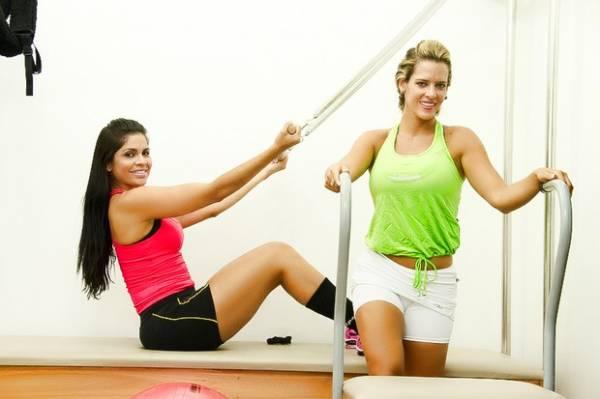 Denise Rocha e Raissa Machado posam para catálogo de moda fitness