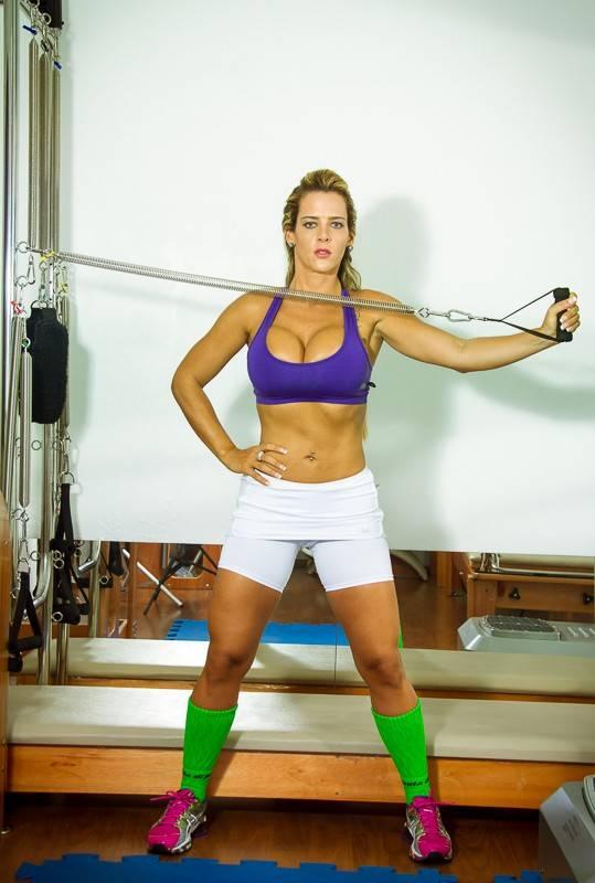 Denise Rocha posa para catálogo de moda fitness