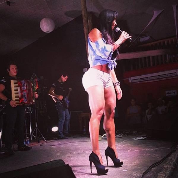 Gracy exibe pernas supermusculosas sobre palco usando shortinho